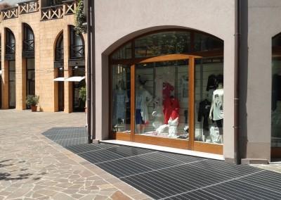 il nostro negozio visto da vicolo pozzetto e via san cristoforo